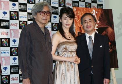 左から『武士の一分』山田洋次監督、主演の檀れいさん、角川歴彦東京国際映画祭チェアマン